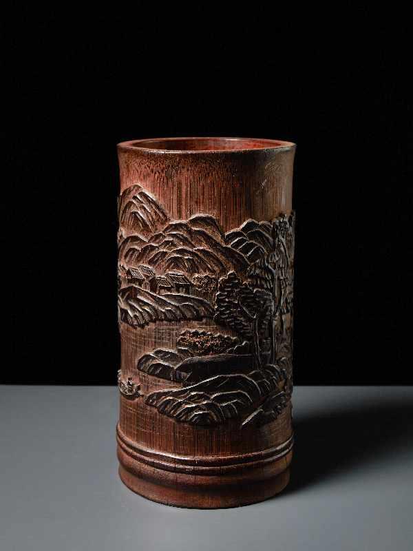 PINSELBECHER MIT LANDSCHAFTSRELIEF Bambusstamm. China, Qing-Dynastie, 19. Jh. Sehr gute Arbeit,