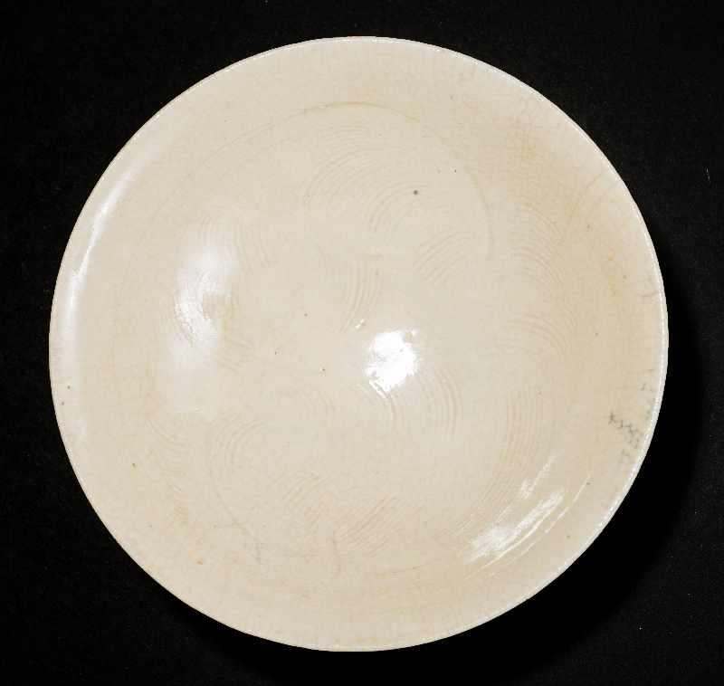 SCHALE MIT GEKÄMMTEM DEKORGlasierte Keramik. China, Nördliche Song, 11. Jh. Eine besonders feine