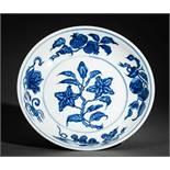 TELLER MIT BLÜTEN UND FRÜCHTEN Blauweißes Porzellan. China, Auf der Wandung innen als auch außen und