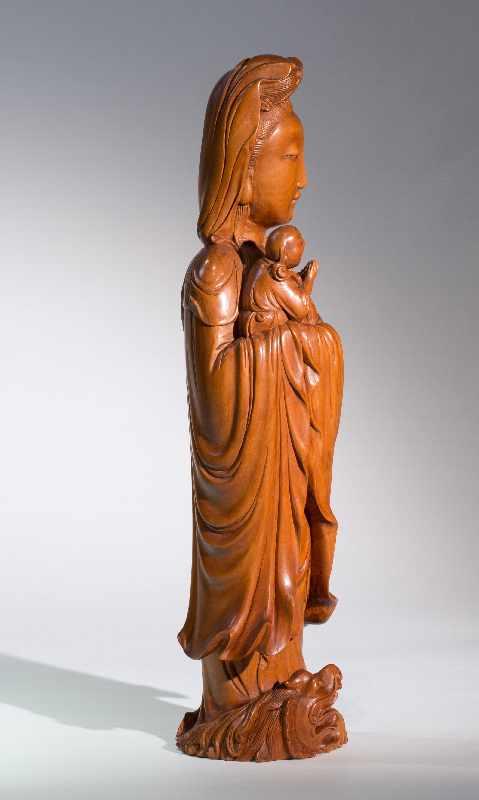 DIE KINDERBRINGENDE GÖTTIN GUANYINBuchsbaumholz. China, Qing-Dynastie, 18. bis 19. Jh. Ein - Image 5 of 7