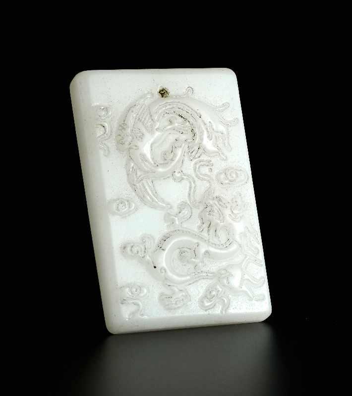 DEKORATIVER ANHÄNGER MIT DRACHEN Jade. China, Qing-Dynastie bis Republik Sehr schöne, weiße Jade