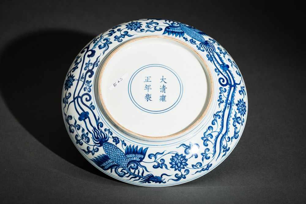 TELLER MIT PHÖNIXEN Blauweißes Porzellan. China, Auf diesem mit Unterglasurblau bemaltem Teller - Image 3 of 3