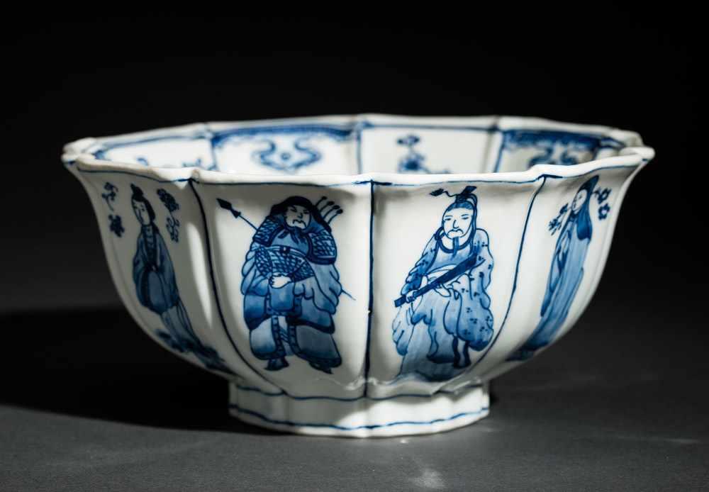 TIEFE SCHALE MIT FIGUREN UND BLÜTEN Blauweißes Porzellan. China, Zehnfach gelappte tiefe Schale, die - Image 6 of 8