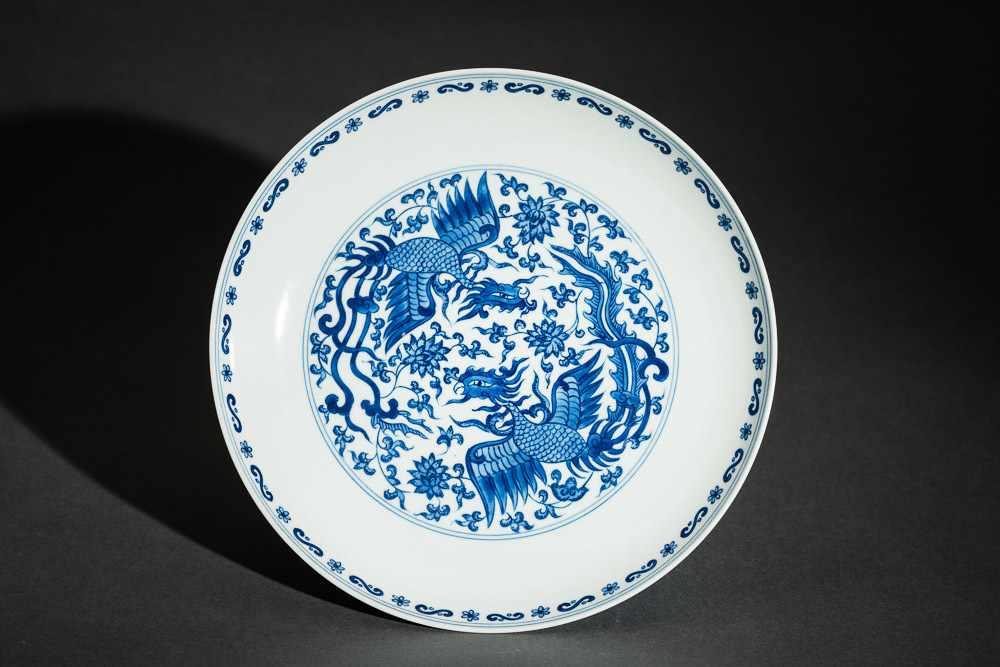 TELLER MIT PHÖNIXEN Blauweißes Porzellan. China, Auf diesem mit Unterglasurblau bemaltem Teller
