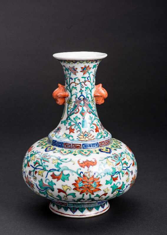 VASE MIT LANGLEBENSSYMBOLENPorzellan mit Unterglasurblau, Email und etwas Gold. China, Qing-Dynastie - Image 2 of 4