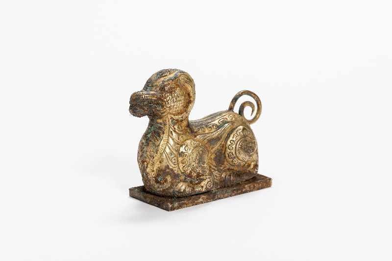 FABELTIER Kupfer-Repoussé mit Feuervergoldung. China, vermutlich Qing Dynastie Im archaistischen - Image 6 of 6