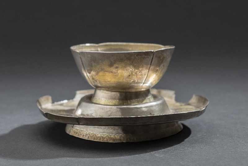 TRINKBECHER MIT UNTERSATZ Silber und Vergoldung. China, vermutlich Tang bis Liao Becher auf schräg - Image 5 of 6