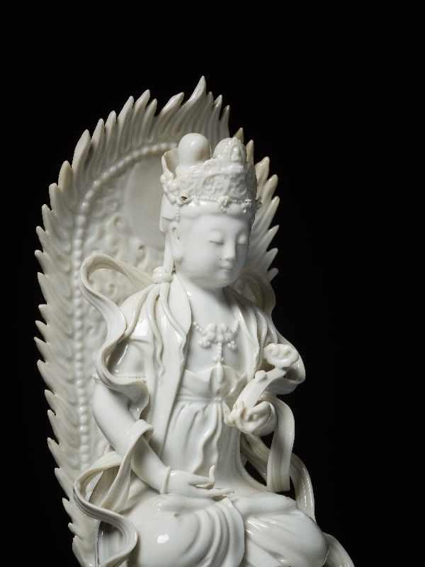 THRONENDE GÖTTIN GUANYIN Blanc de Chine-Porzellan. China, Dehua, Republik Eine besonders anmutige - Image 4 of 6