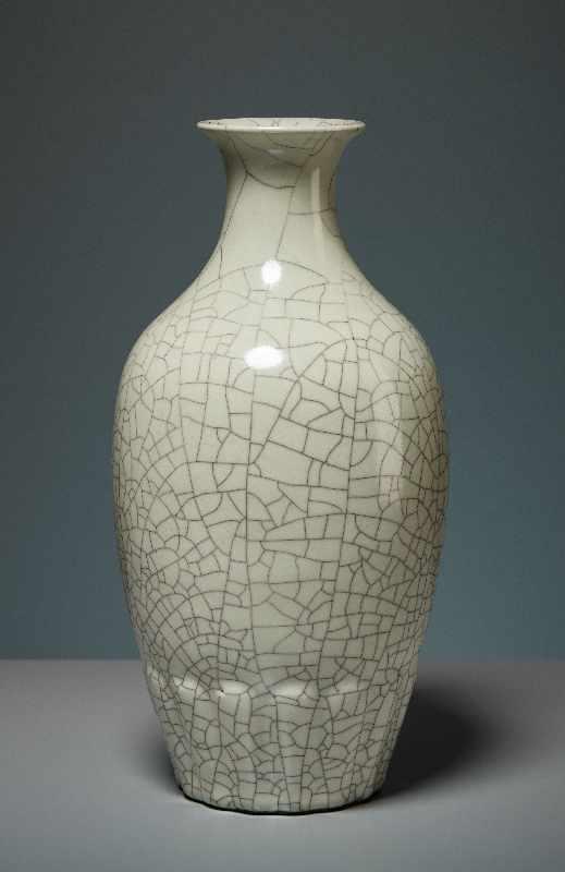 VASE MIT CELADON-GLASUR Porzellan. China, Republik, 1. Hälfte 20. Jh. Die besondere Attraktivität - Image 3 of 7