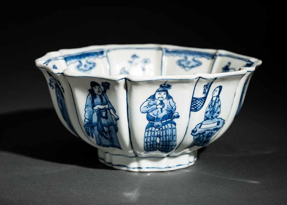 TIEFE SCHALE MIT FIGUREN UND BLÜTEN Blauweißes Porzellan. China, Zehnfach gelappte tiefe Schale, die - Image 2 of 8