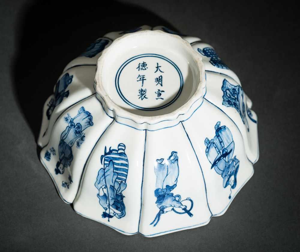 TIEFE SCHALE MIT FIGUREN UND BLÜTEN Blauweißes Porzellan. China, Zehnfach gelappte tiefe Schale, die - Image 8 of 8