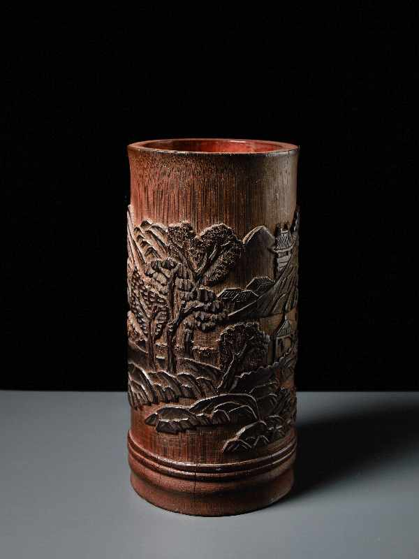 PINSELBECHER MIT LANDSCHAFTSRELIEF Bambusstamm. China, Qing-Dynastie, 19. Jh. Sehr gute Arbeit, - Image 2 of 5
