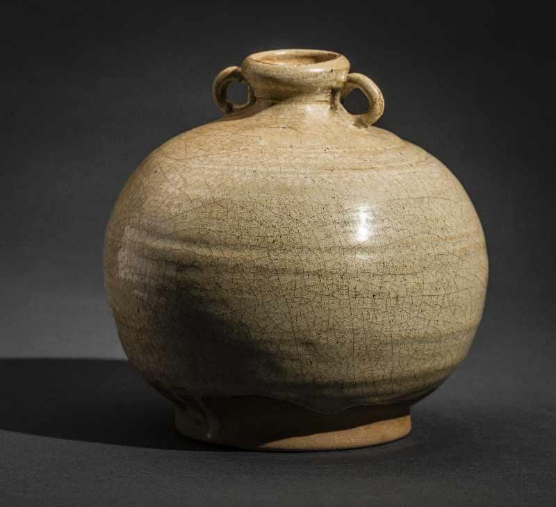KUGELIGES GEFÄSS MIT ÖSENHENKEL Glasierte Keramik. China, Qing (1644-1911) Lichte Glasur mit - Image 3 of 4