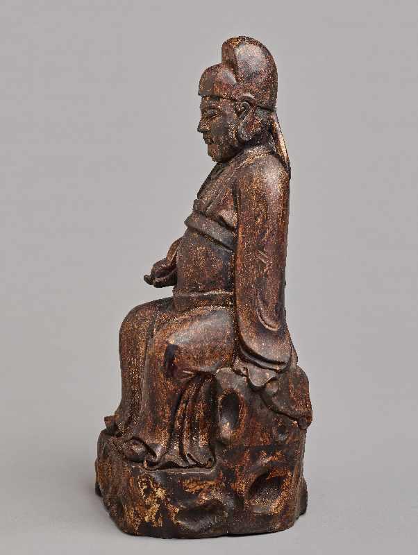 VERGÖTTLICHTER WÜRDENTRÄGERHolz mit Vergoldung. China, Qing-Dynastie, 1644 – 1912 Eine aus einem - Image 3 of 5