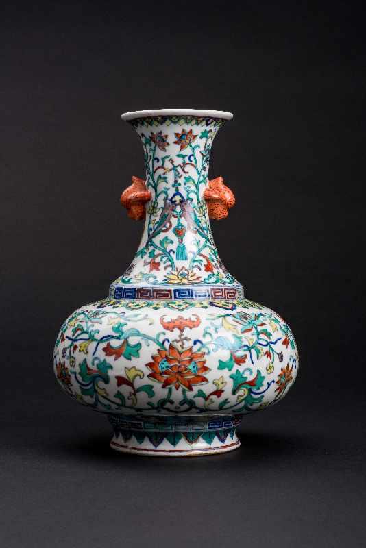 VASE MIT LANGLEBENSSYMBOLENPorzellan mit Unterglasurblau, Email und etwas Gold. China, Qing-Dynastie