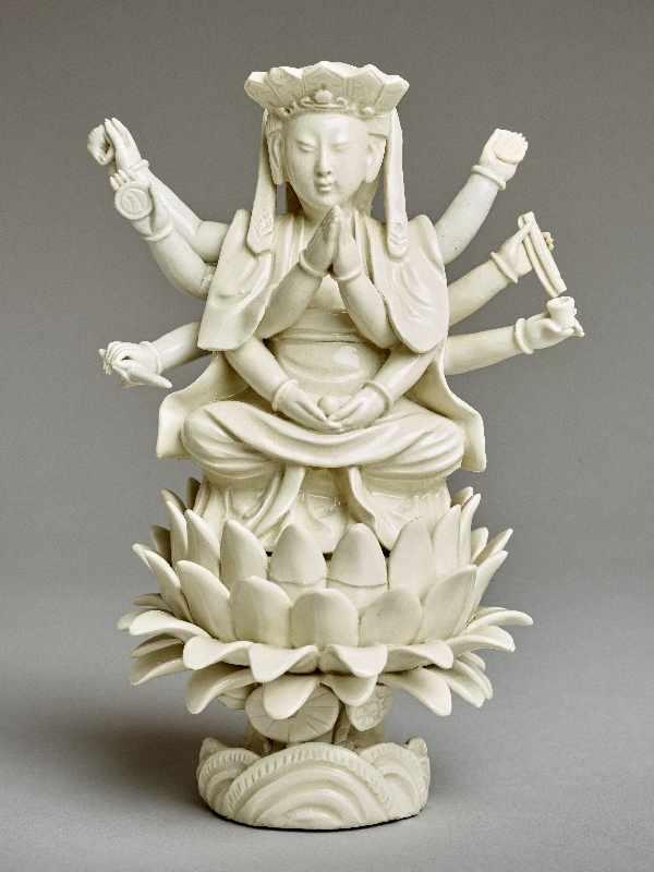 ZEHNARMIGE GOTTHEIT Blanc de Chine-Porzellan. China, Qing-Dynastie, 19. Jh. Eine auf einem