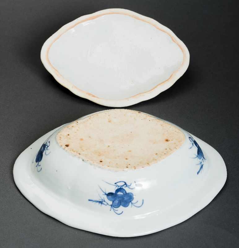 DECKELSCHALE Blauweiß-Porzellan. China, Qing-Dynastie, 19. Jh. Dieses Deckelgefäß hat eine - Image 5 of 5