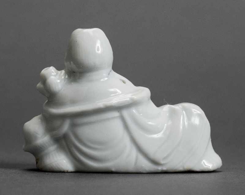 DIE UNSTERBLICHE LAN CAIHE Blanc de Chine. China, Qing-Dynastie (1644 - 1911) Lan Caihe ist neben He - Image 4 of 5