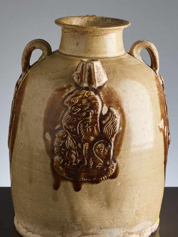 HENKELKANNE MIT RELIEFDEKORGlasierte Keramik. China, Tang, ca. 8. bis 9. Jh. Typische Changsha- - Image 8 of 8