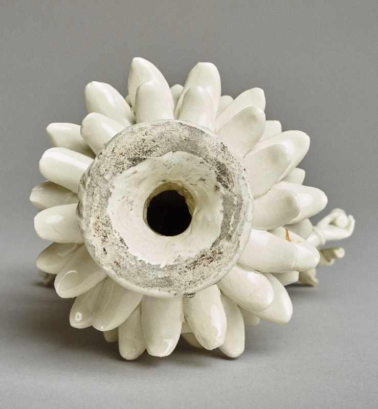 ZEHNARMIGE GOTTHEIT Blanc de Chine-Porzellan. China, Qing-Dynastie, 19. Jh. Eine auf einem - Image 6 of 6