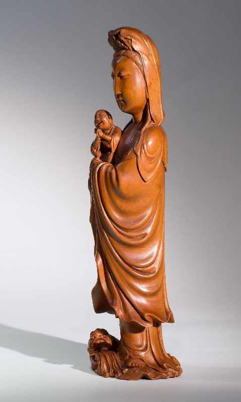 DIE KINDERBRINGENDE GÖTTIN GUANYINBuchsbaumholz. China, Qing-Dynastie, 18. bis 19. Jh. Ein - Image 3 of 7