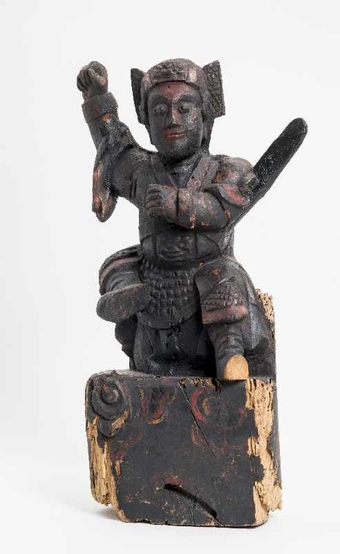 WÄCHTERGOTTHEIT MIT SCHWERT Holz mit Resten alter Bemalung. China, 18. – 19. Jh. CHINA, 18. – 19.