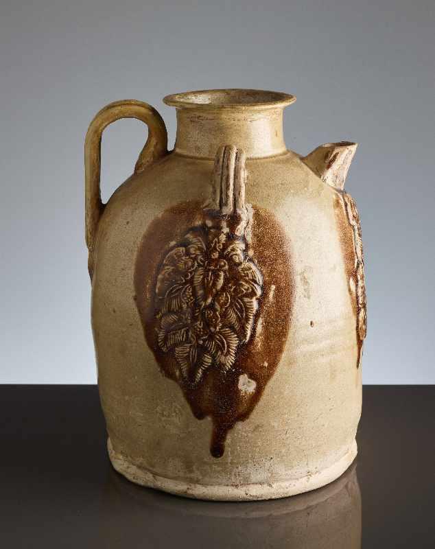 HENKELKANNE MIT RELIEFDEKORGlasierte Keramik. China, Tang, ca. 8. bis 9. Jh. Typische Changsha-
