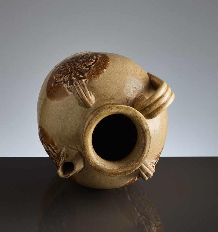 HENKELKANNE MIT RELIEFDEKORGlasierte Keramik. China, Tang, ca. 8. bis 9. Jh. Typische Changsha- - Image 7 of 8