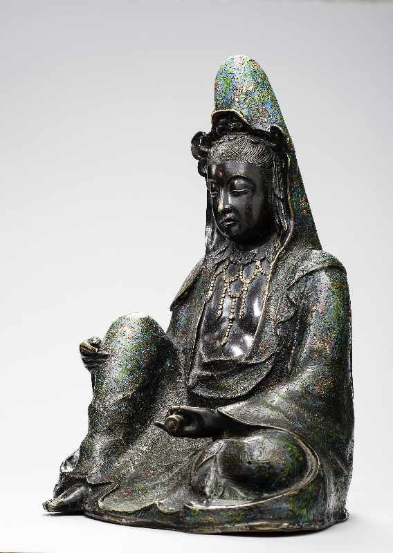 Sitzende Göttin GuanyinBronze. , 17. Jh Seltene große Darstellung des populären Bodhisattva - Image 2 of 5