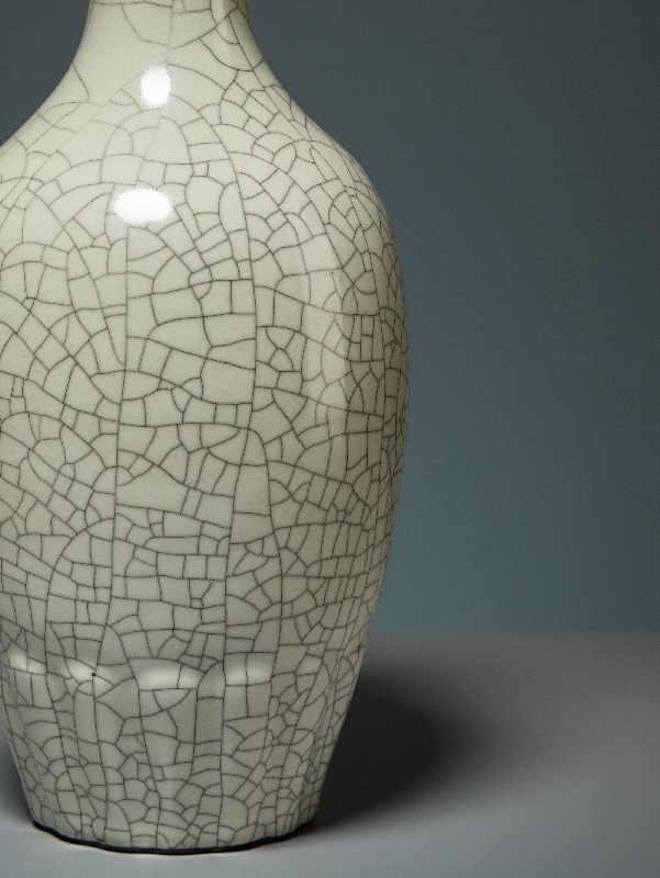 VASE MIT CELADON-GLASUR Porzellan. China, Republik, 1. Hälfte 20. Jh. Die besondere Attraktivität - Image 7 of 7