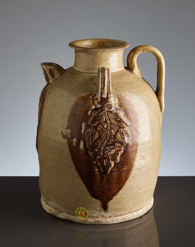 HENKELKANNE MIT RELIEFDEKORGlasierte Keramik. China, Tang, ca. 8. bis 9. Jh. Typische Changsha- - Image 3 of 8