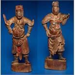 ZWEI GOTTHEITEN Holz mit Farben und Vergoldung. China, sp. Qing-Dynastie, 19. Jh. Zwei Figuren aus