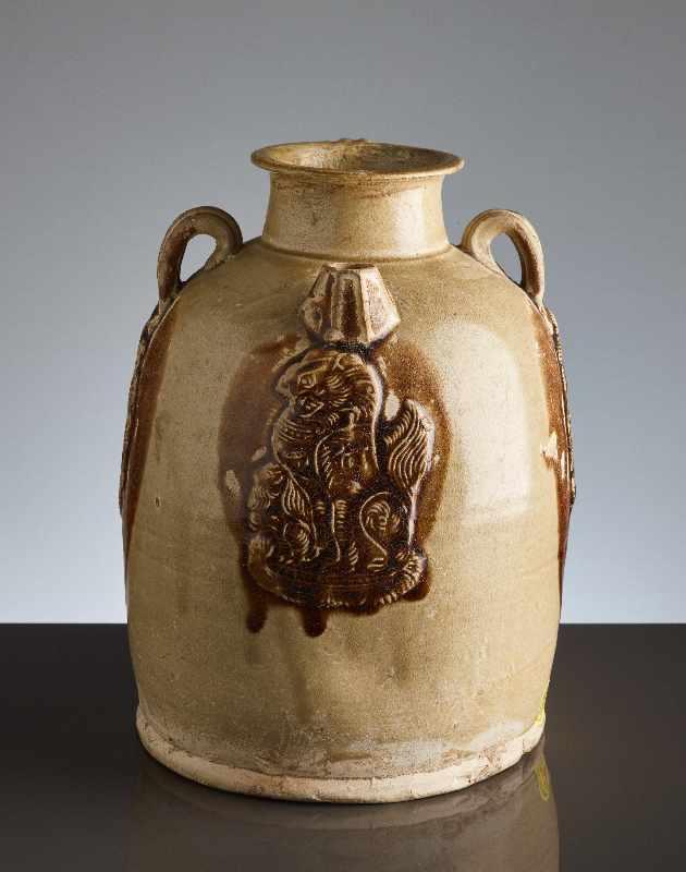 HENKELKANNE MIT RELIEFDEKORGlasierte Keramik. China, Tang, ca. 8. bis 9. Jh. Typische Changsha- - Image 2 of 8