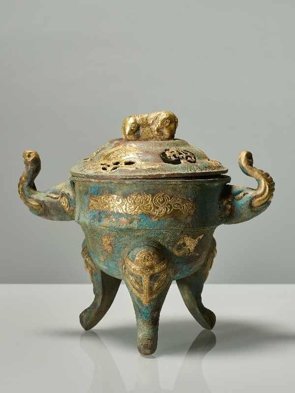 TRIPODES GEFÄSS DING MIT ELEFANTEN Feuervergoldetes Repoussé. China, vermutlich Qing bis Republik (