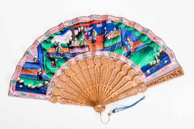 MANDARIN-FALTFÄCHER MIT FIGURALEN SZENEN Gouache, Seide, Elfenbein, Holz. China, späte Qing-Dynastie - Image 2 of 3