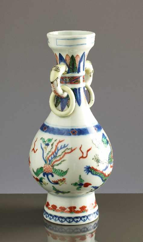 KLEINE VASE MIT DRACHEN UND PHÖNIX Wucai-Porzellan. China, Qing-Dynastie 19. Jh. bis Republik - Image 3 of 6
