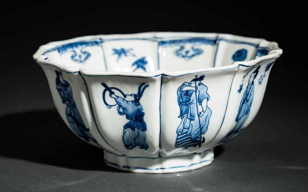 TIEFE SCHALE MIT FIGUREN UND BLÜTEN Blauweißes Porzellan. China, Zehnfach gelappte tiefe Schale, die - Image 4 of 8