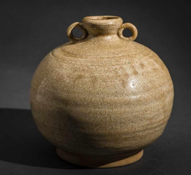 KUGELIGES GEFÄSS MIT ÖSENHENKEL Glasierte Keramik. China, Qing (1644-1911) Lichte Glasur mit