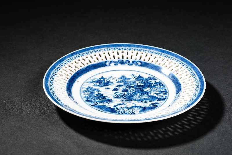 DEKORATIVER TELLER MIT TEMPELLANDSCHAFT Blauweiß-Porzellan. China, Jiaqing-Periode der Qing- - Image 3 of 4