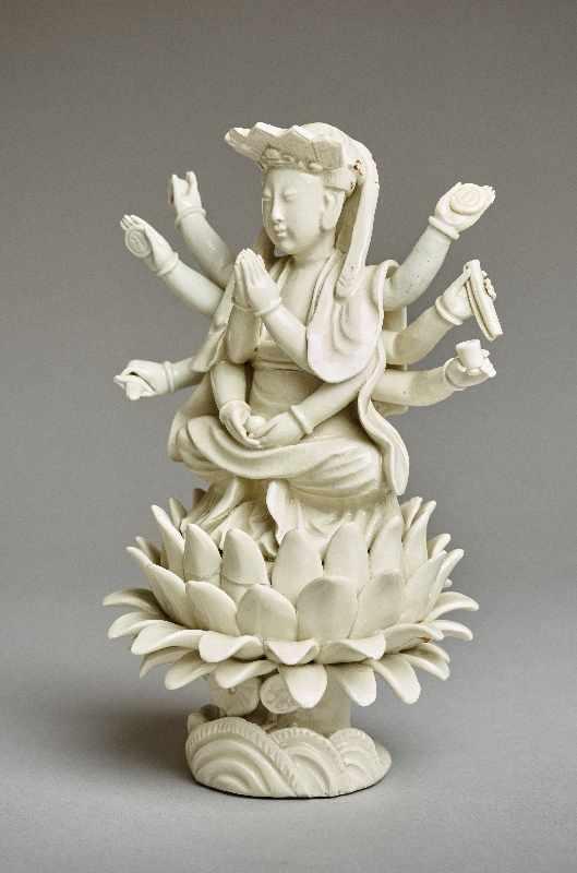ZEHNARMIGE GOTTHEIT Blanc de Chine-Porzellan. China, Qing-Dynastie, 19. Jh. Eine auf einem - Image 3 of 6