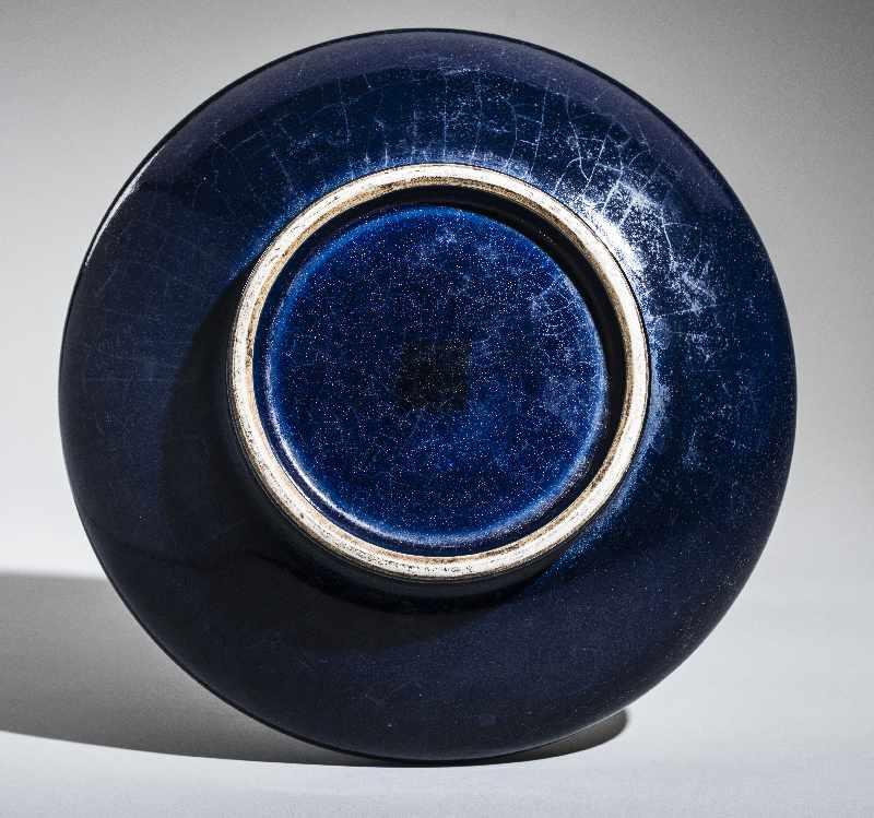 HOCHHALSIGE VASEPorzellan. China, vermutlich Republik Durchgehend dunkelblaue Glasur mit feiner - Image 3 of 3