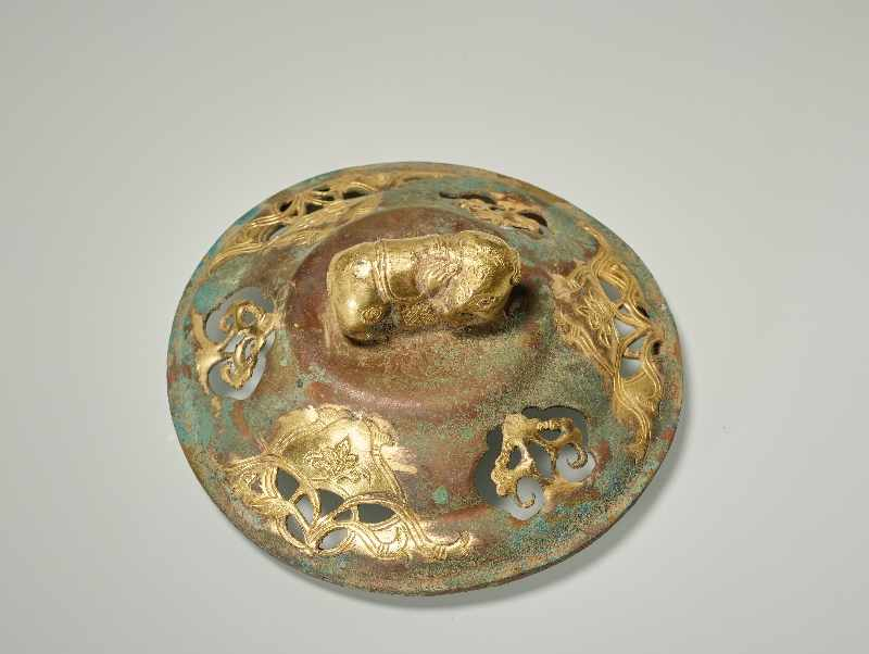 TRIPODES GEFÄSS DING MIT ELEFANTEN Feuervergoldetes Repoussé. China, vermutlich Qing bis Republik ( - Image 6 of 7