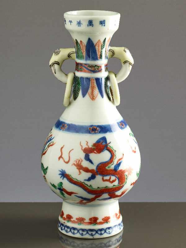 KLEINE VASE MIT DRACHEN UND PHÖNIX Wucai-Porzellan. China, Qing-Dynastie 19. Jh. bis Republik