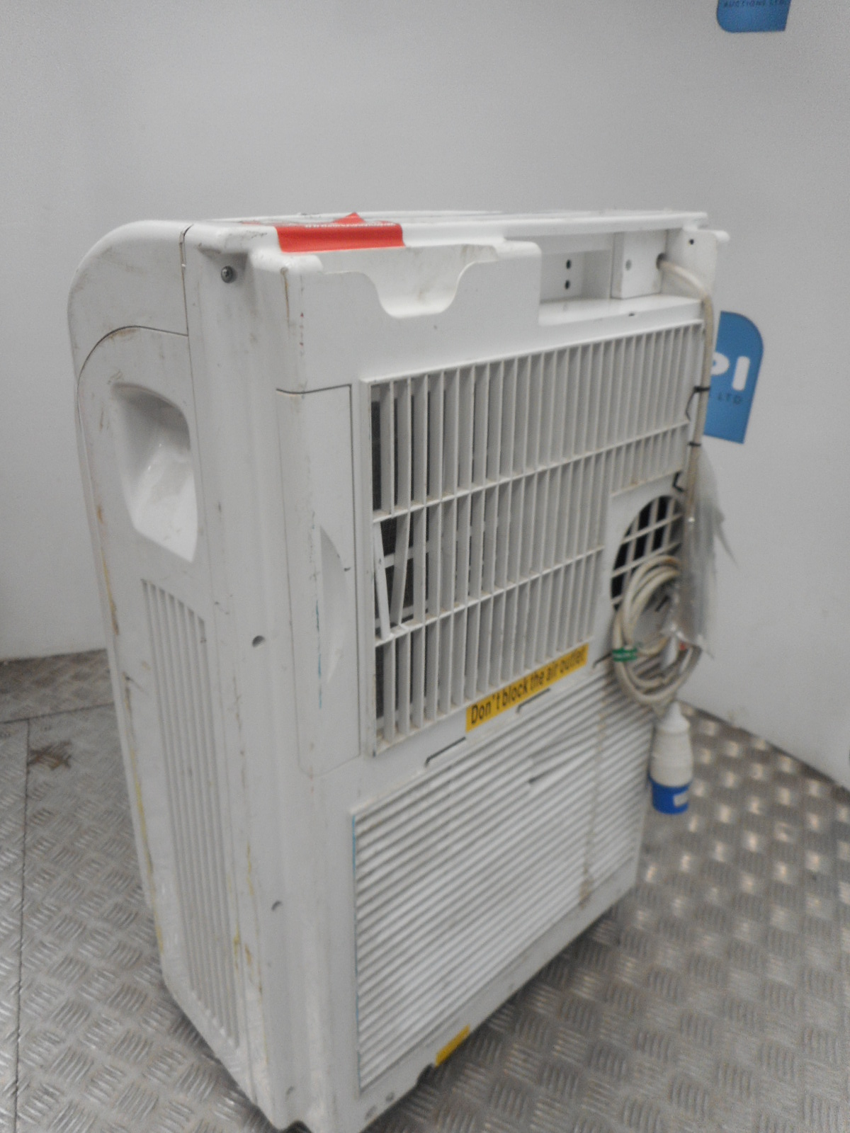 MOBILE AIR CONDITIONER This unit is able to heat and cool has a 240v #9D332E