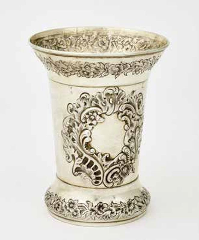Goblet, a jewish burial society or a synagogue kiddush cup. - (170 g). H. 13 cm - [...]