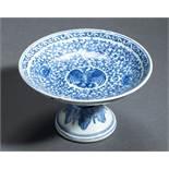 FUSS-SCHALE MIT VOGEL UND LOTUSBLÜTENBlauweiß-Porzellan. China, Qing-Dynastie, 19. Jh.Flache