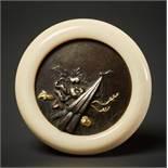 KAGAMIBUTA MIT BLÜTENElfenbein, Shakudo, Silber und Gold. Japan, 19. Jh.Ein Kagamibuta-Netsuke mit