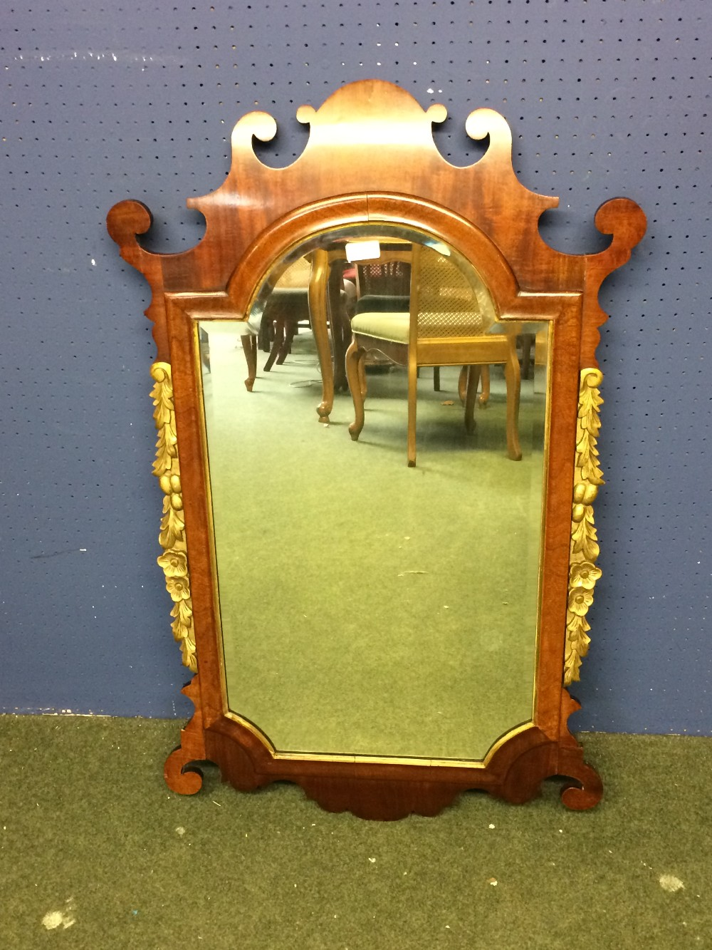 Lot 289 - Georgian wall mirror in mahogany with gilt swags 104 x 62 cm