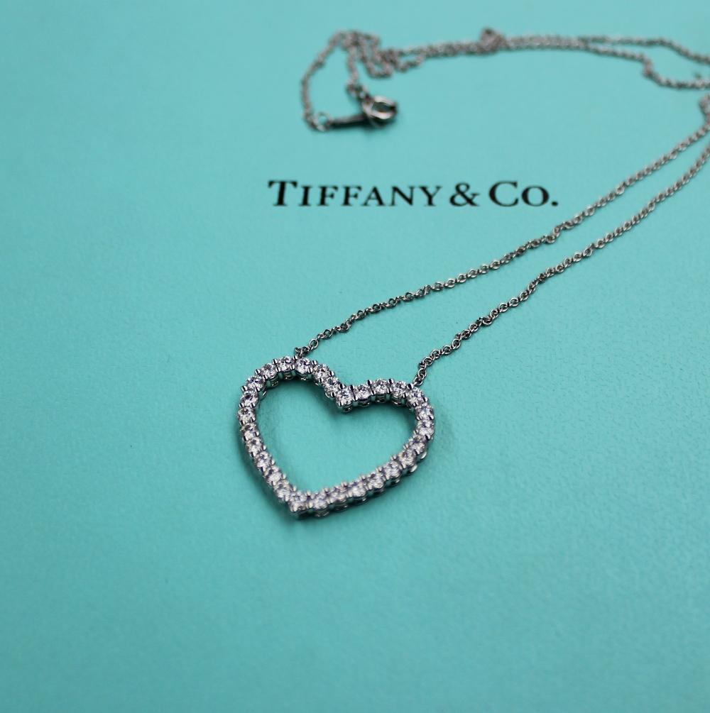 Lot 27A - A Tiffany & Co. platinum large outline diamond set heart, approximately 0.