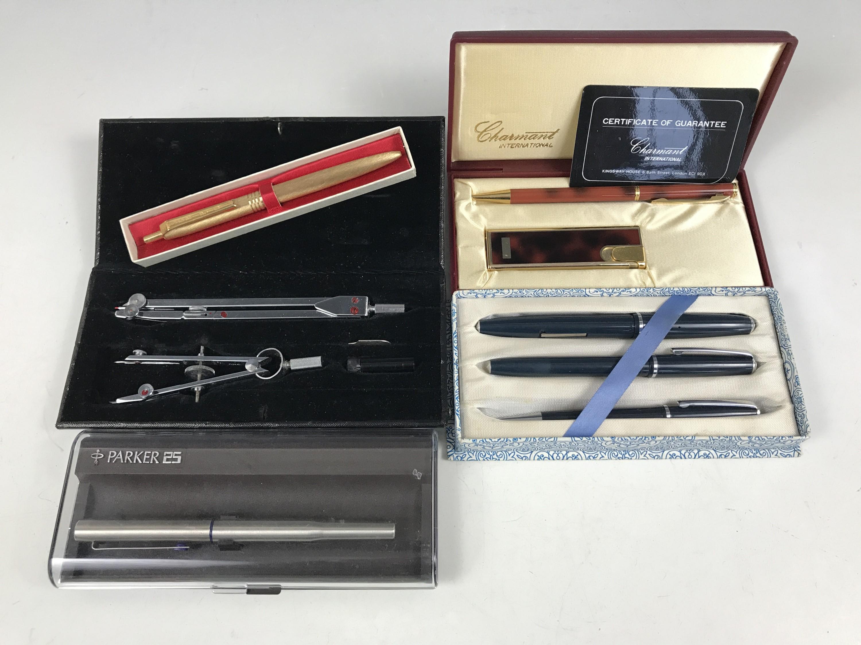 Lot 14 - Vintage pens including a cased Parker 25 fountain pen, a Platignum Regal pen set, a cased Scripto